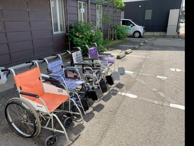 車椅子をピカピカ✨に😆😆 ご利用様が使用する車椅子は、 安全、安心のため毎回点検が必要です。 ブレーキは効いているか。タイヤの空気は減っていないか‥‥ よく見ると、隙間にホコリが詰まっていたり、タイヤが結構汚れていたりします😅 少しでもピカピカになるように、スタッフが体を張って磨き上げました❣️ 帰宅する、スタッフにちょっといたずらしてしまいましたが、これも愛情表現😍 なんです😆😆 #小規模多機能型居宅介護 #介護施設#介護 #車椅子点検#車椅子洗車#車椅子